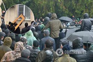 Штурм и отставка 'президента': все подробности протестов в Абхазии. Фото и видео