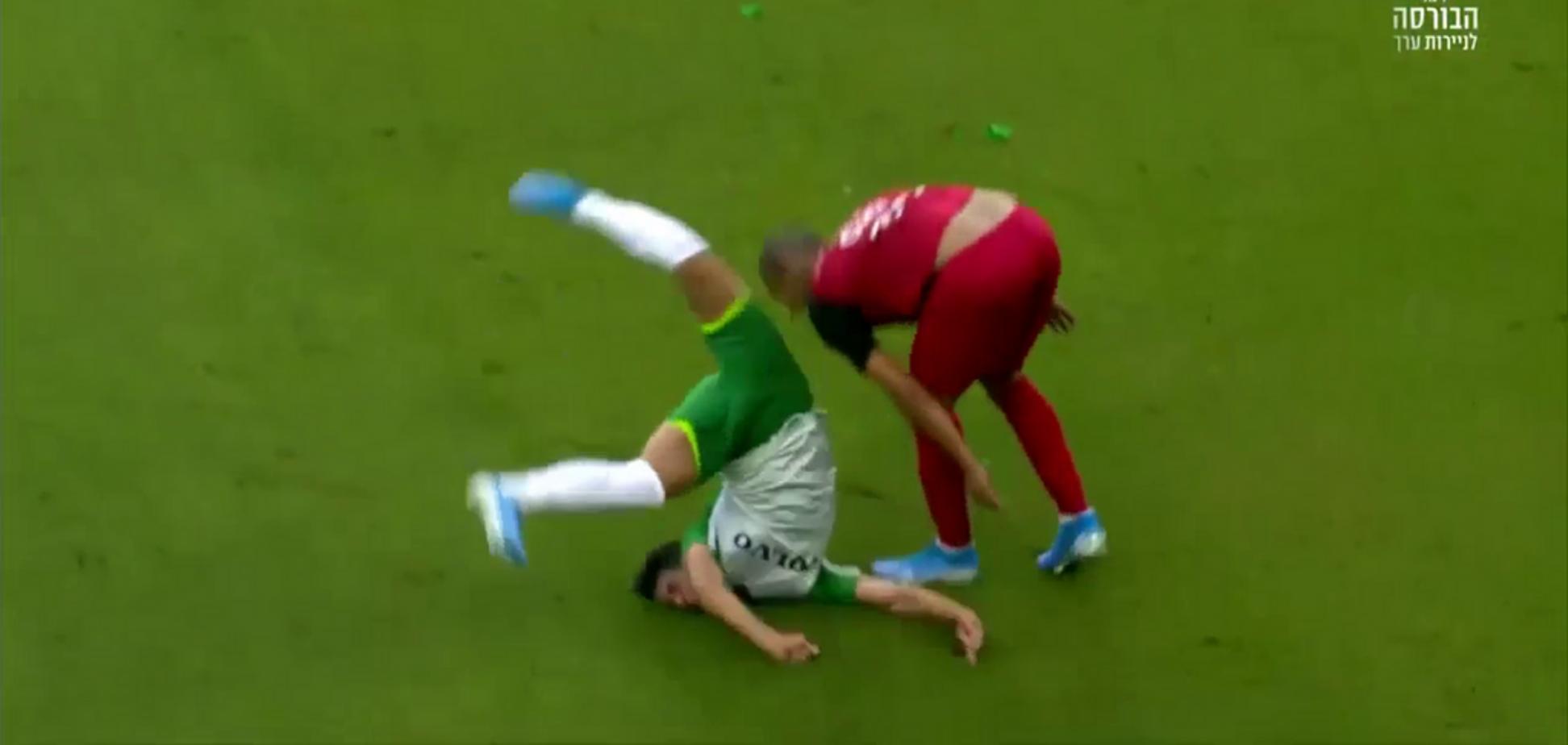 Израильский футболист после стыка 'воткнулся' головой в газон