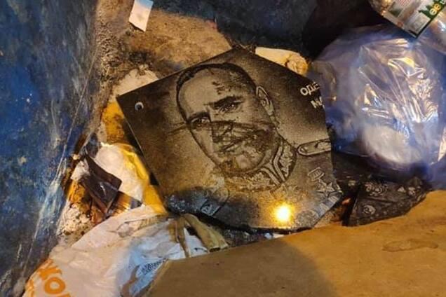 В Одесі активісти розбили меморіальну дошку Жукову