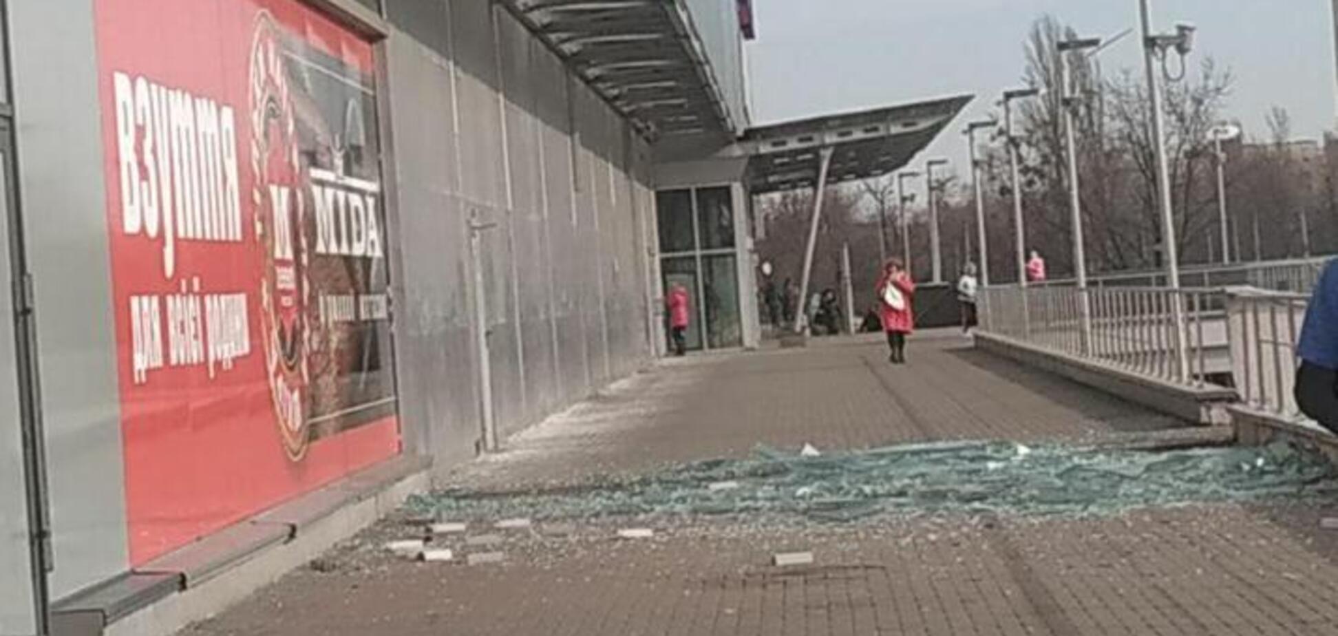В Киеве ветер обрушил огромное стекло ТЦ 'Квадрат'