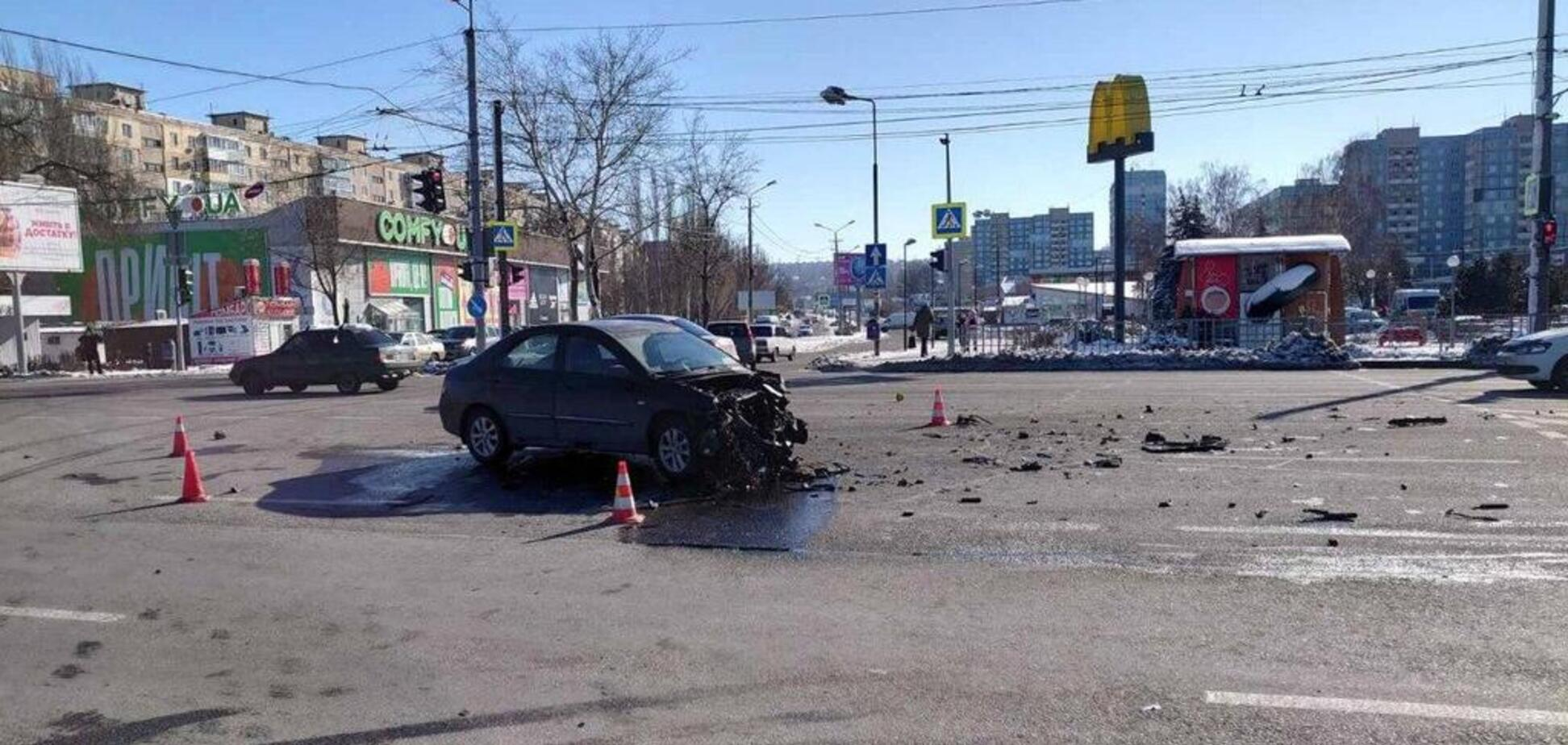 Авто розкидало по дорозі: в Дніпрі сталася жорстка ДТП. Фото і відео