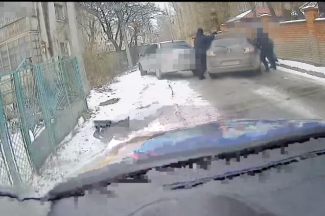 Во Львове водитель протащил полицейского