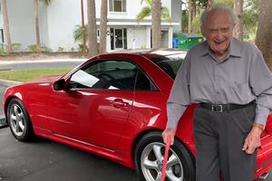107-річний водій і його Mercerdes стали героями Інтернету