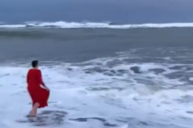 Надежда Савченко искупалась в океане