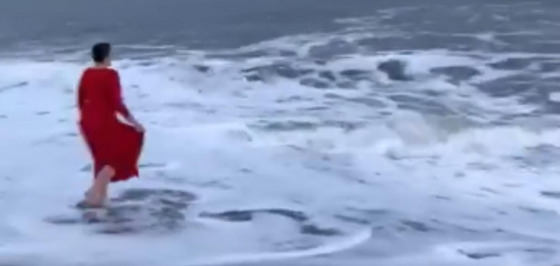 'Остановись, Надежда!' Савченко в красном платье искупалась в океане