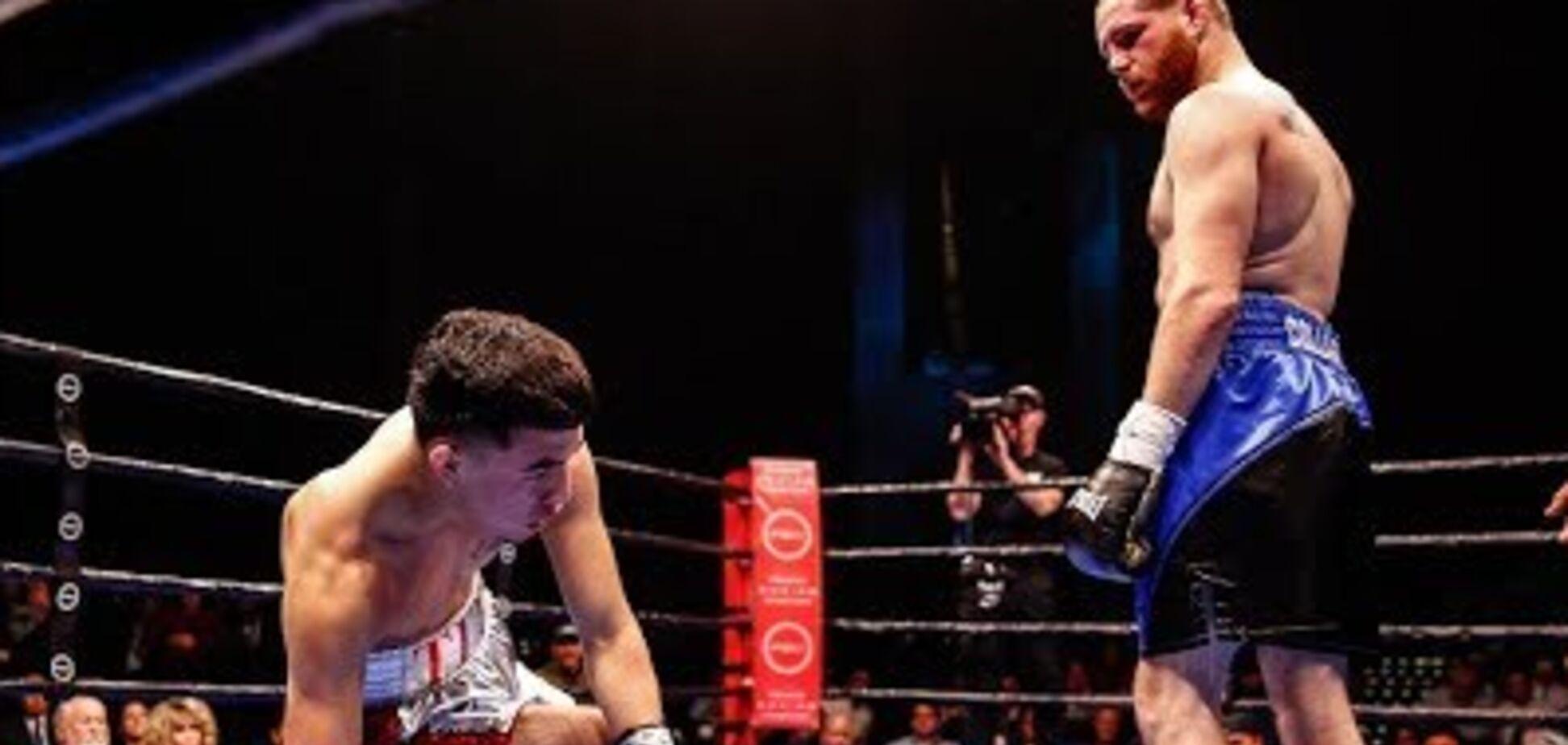 Боксер встав з нокдауну і зубодробильним нокаутом виграв кривавий бій