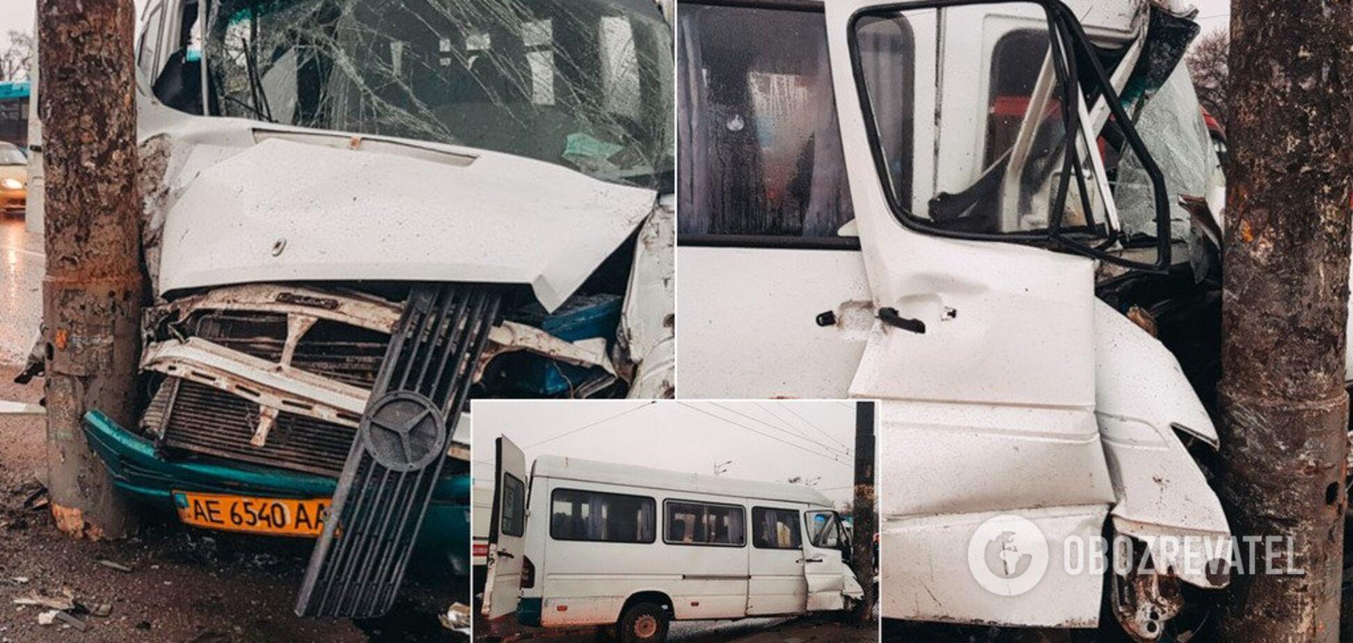 У Дніпрі маршрутка з людьми на швидкості влетіла у стовп: фото і відео з місця ДТП