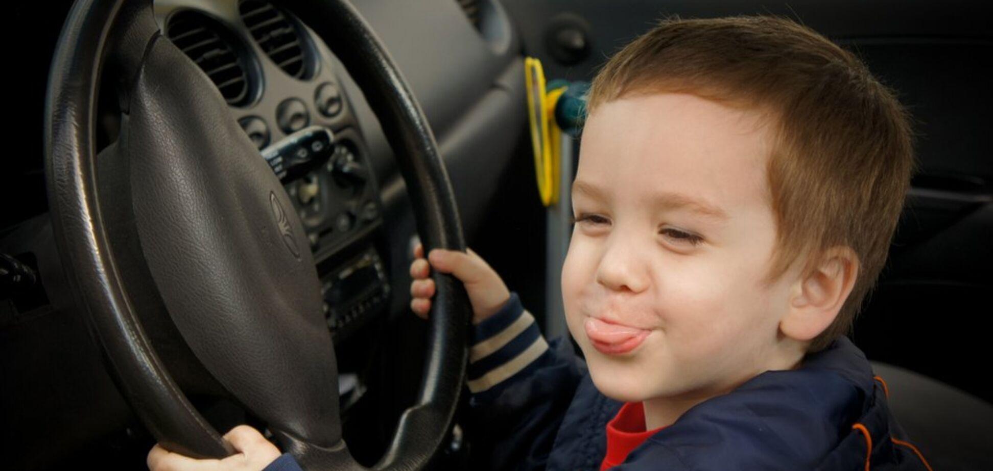 Дев'ятирічний хлопчик викрав машину, щоб поїхати до школи: момент потрапив на відео
