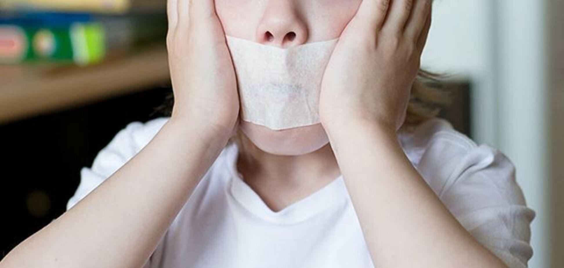 На Миколаївщині вихователька заклеювала дітям рот скотчем: її покарали
