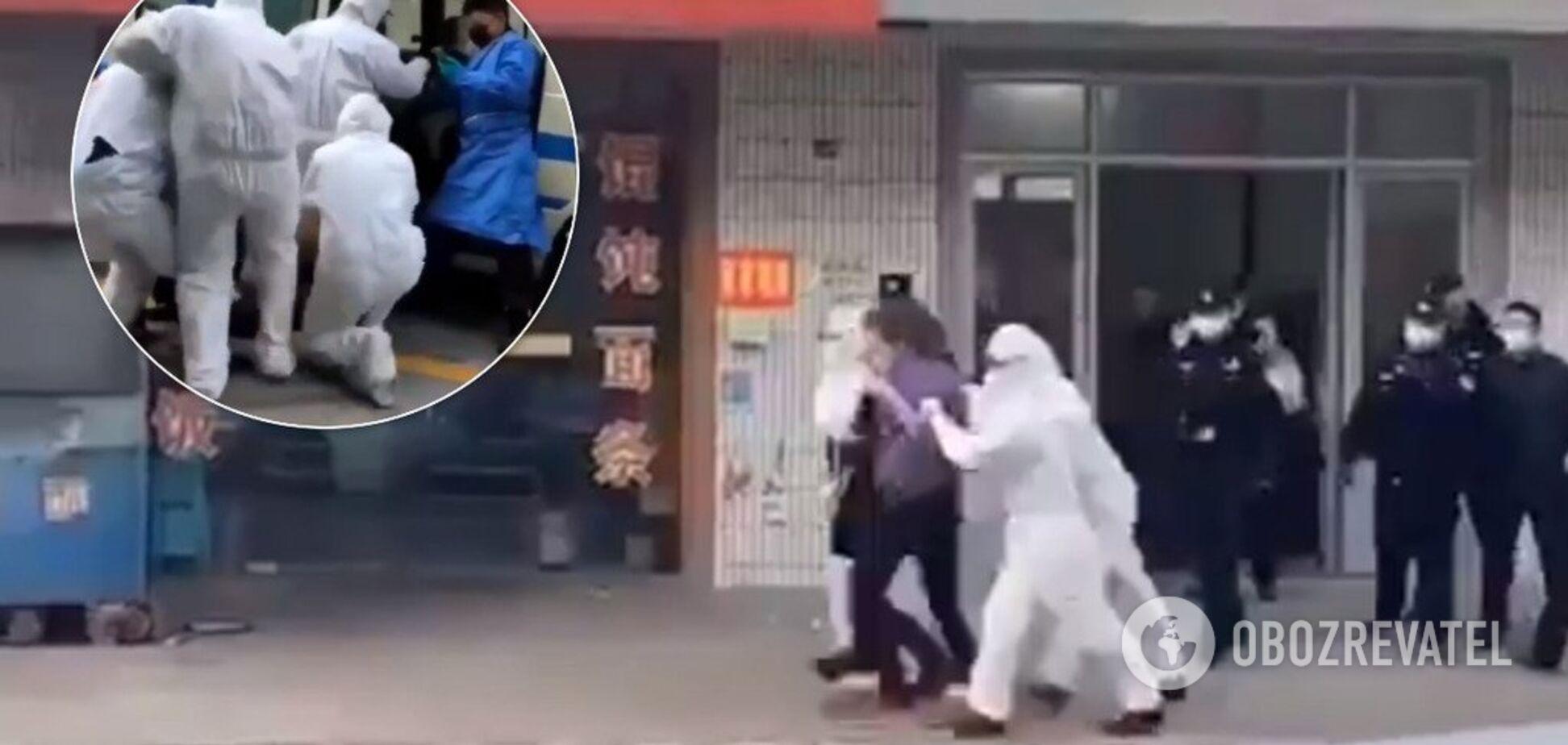 Хватают и вывозят: в Китае начали ловить на улицах подозреваемых на коронавирус. Видео