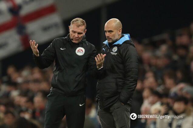 """Головний тренер """"Манчестер Сіті"""" Пеп Гвардіола спілкується з четвертим арбітром"""
