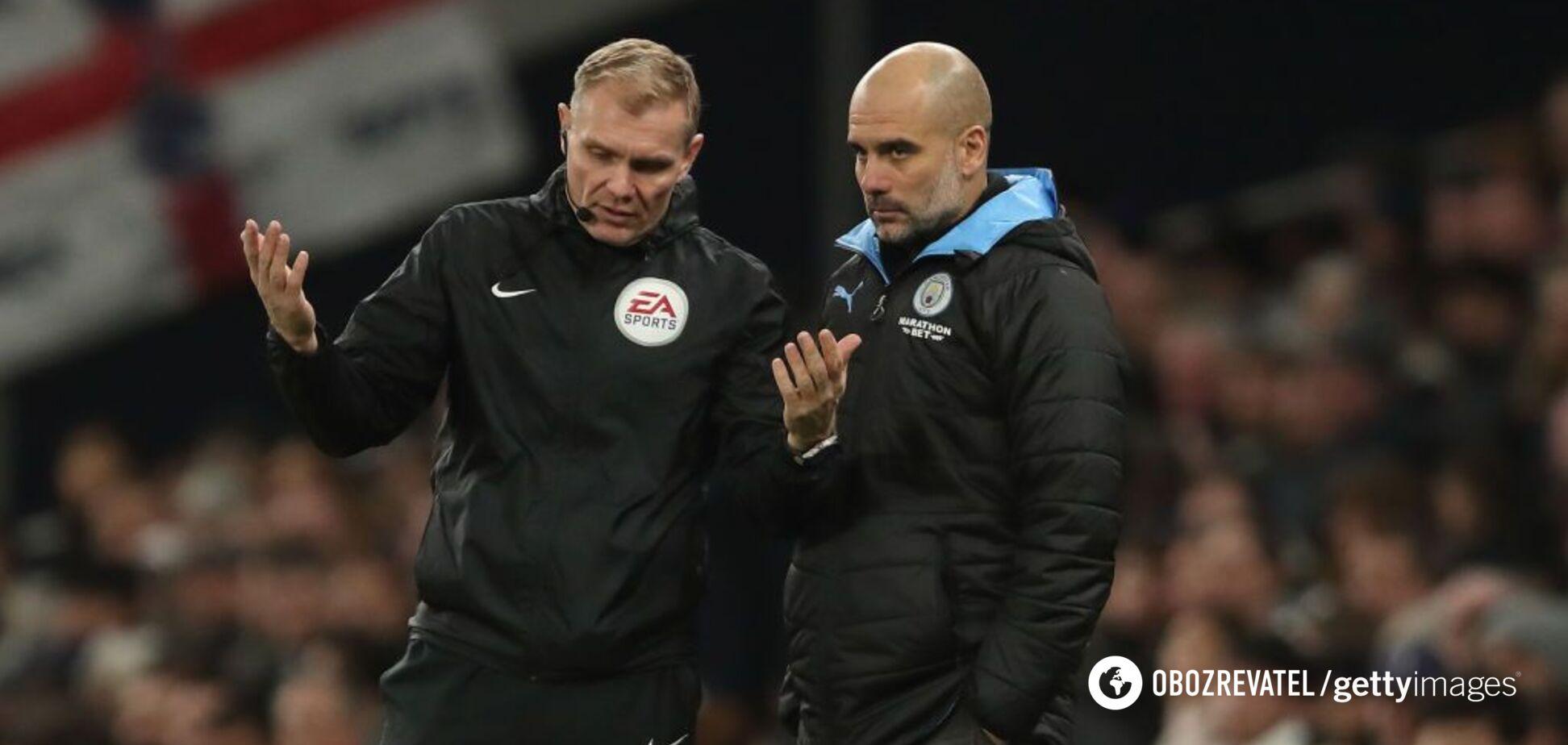 Головний тренер 'Манчестер Сіті' Пеп Гвардіола спілкується з четвертим арбітром