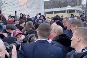 'Царь снизошел до холопов!' В сети высмеяли 'случайную' встречу Путина с народом. Видео