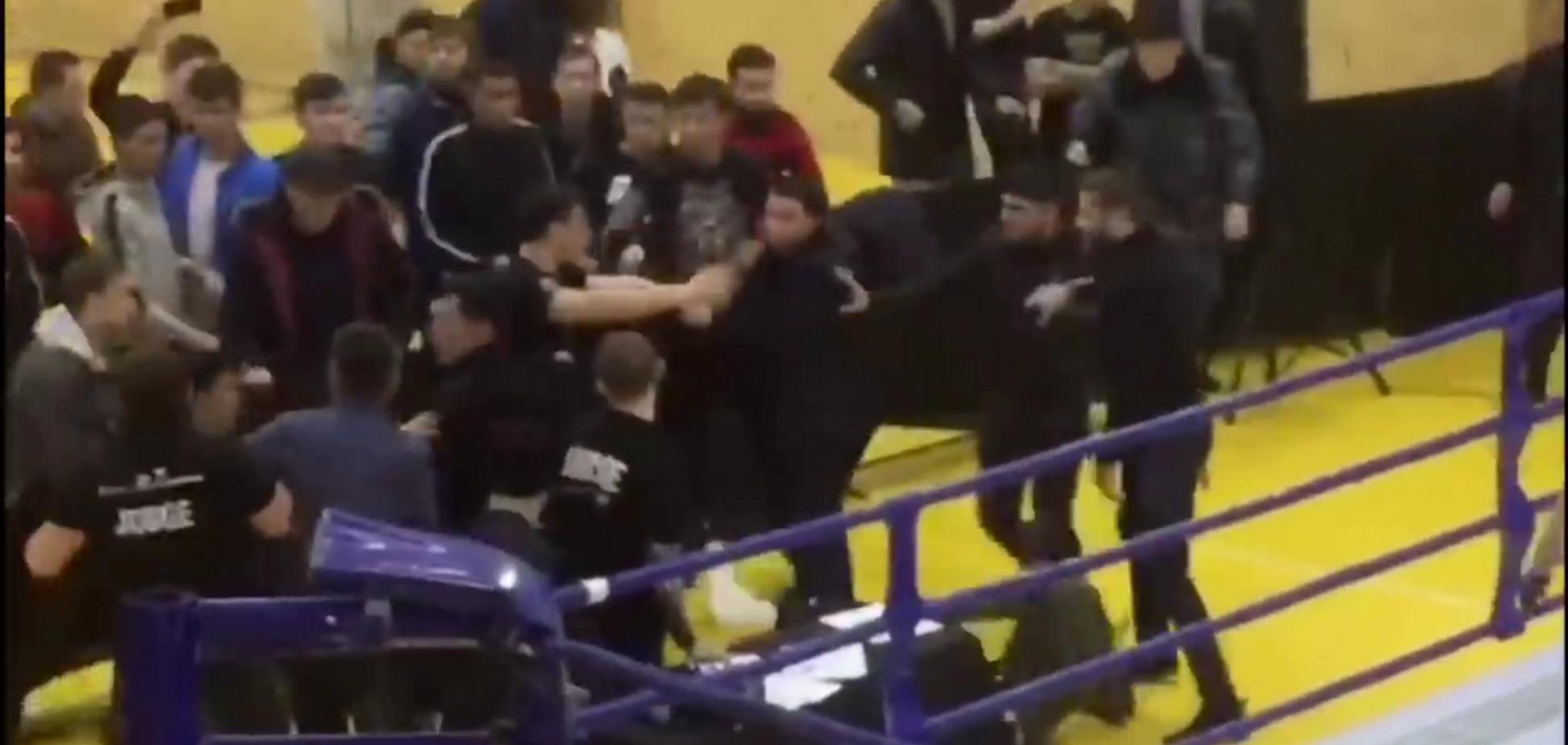 Тренер всадив ножа в опонента, спровокувавши масову бійку - опубліковано відео