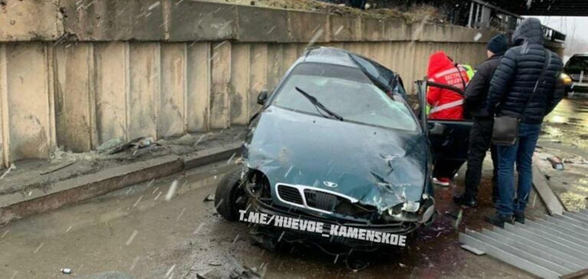 Злетів з мосту: на Дніпропетровщині автомобіль потрапив в серйозну ДТП. Відео