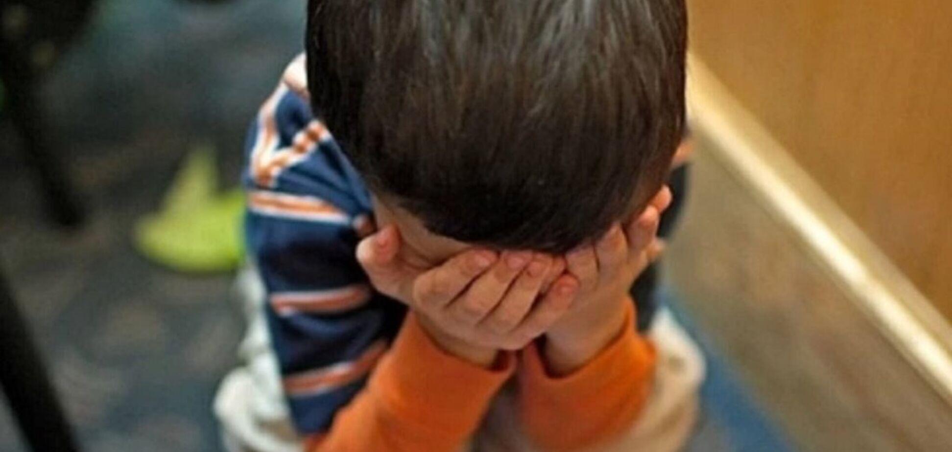 Стояв босий і плакав: у Полтаві вихователька зачинила в туалеті трирічного хлопчика