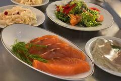 От голубцов до красной рыбы: чем кормят в столовой Рады и сколько это стоит