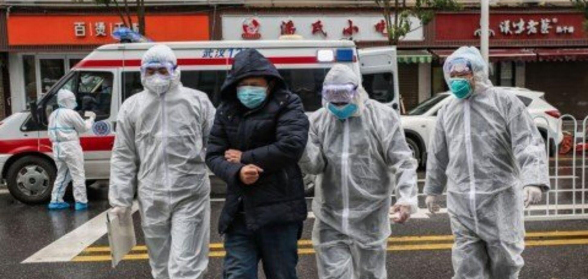 У Китаї лікар 10 днів боровся з коронавірусом і помер від перевтоми