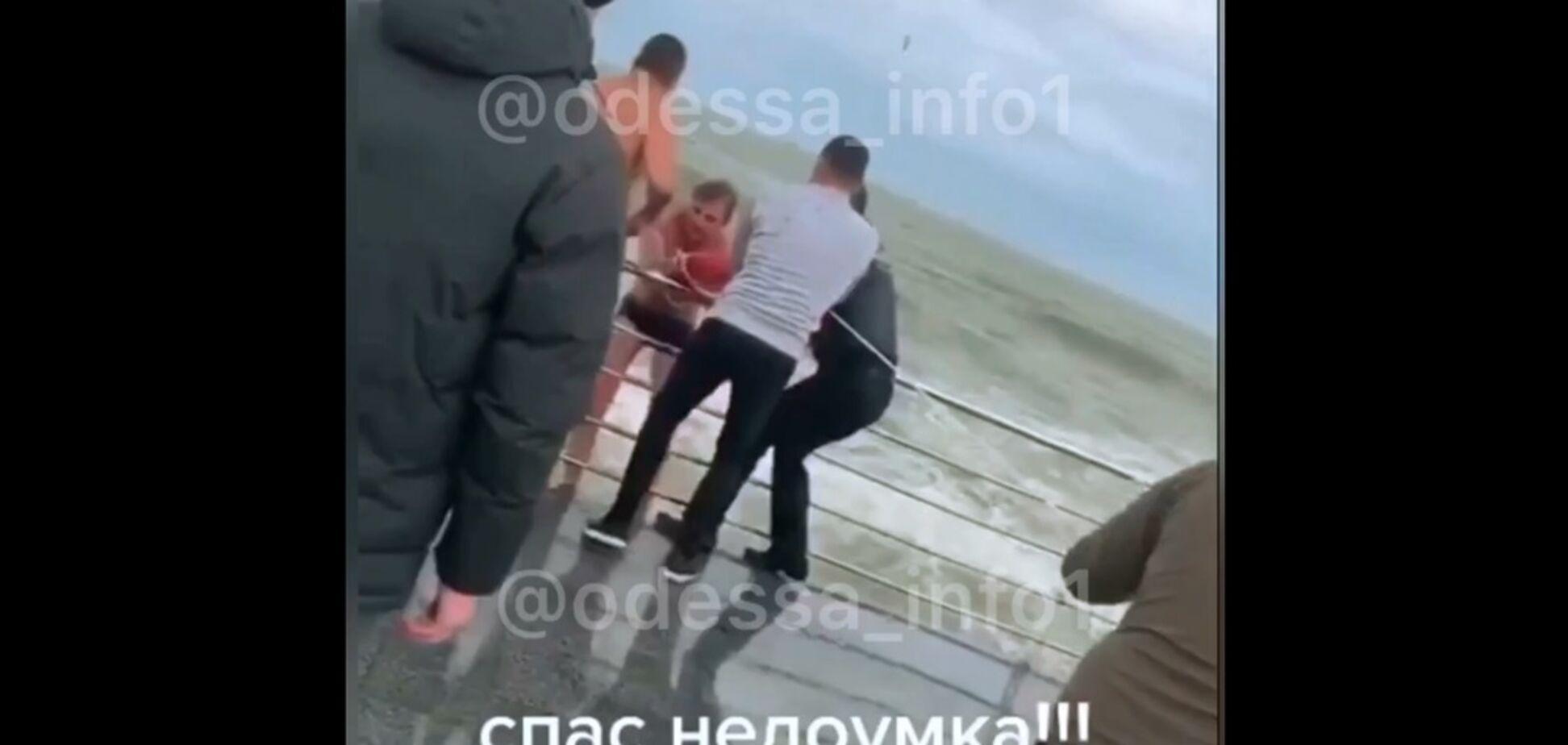 В Одесі з штормового моря врятували екстремала-аматора