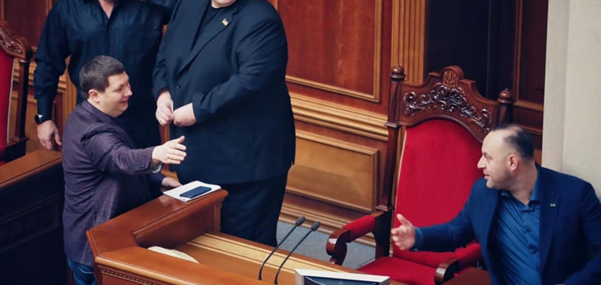 Юзик охраняет кресло Зеленского: опубликовано курьезное фото из Рады