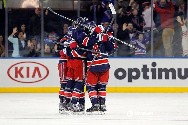 """Хоккеисты """"Нью-Йорк Рейнджерс"""" празднуют забитую шайбу"""