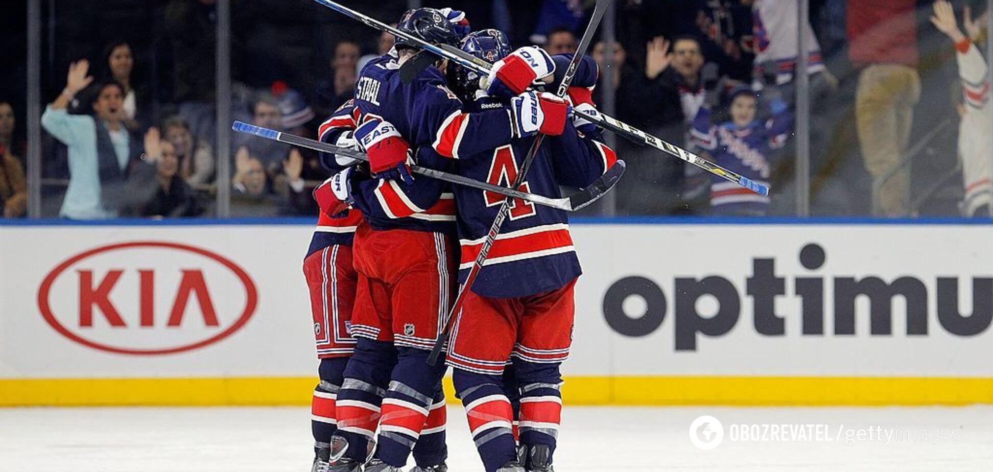 Хоккеисты 'Нью-Йорк Рейнджерс' празднуют забитую шайбу