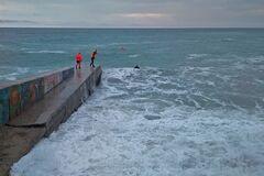 В Ялті хвиля втопила двох осіб