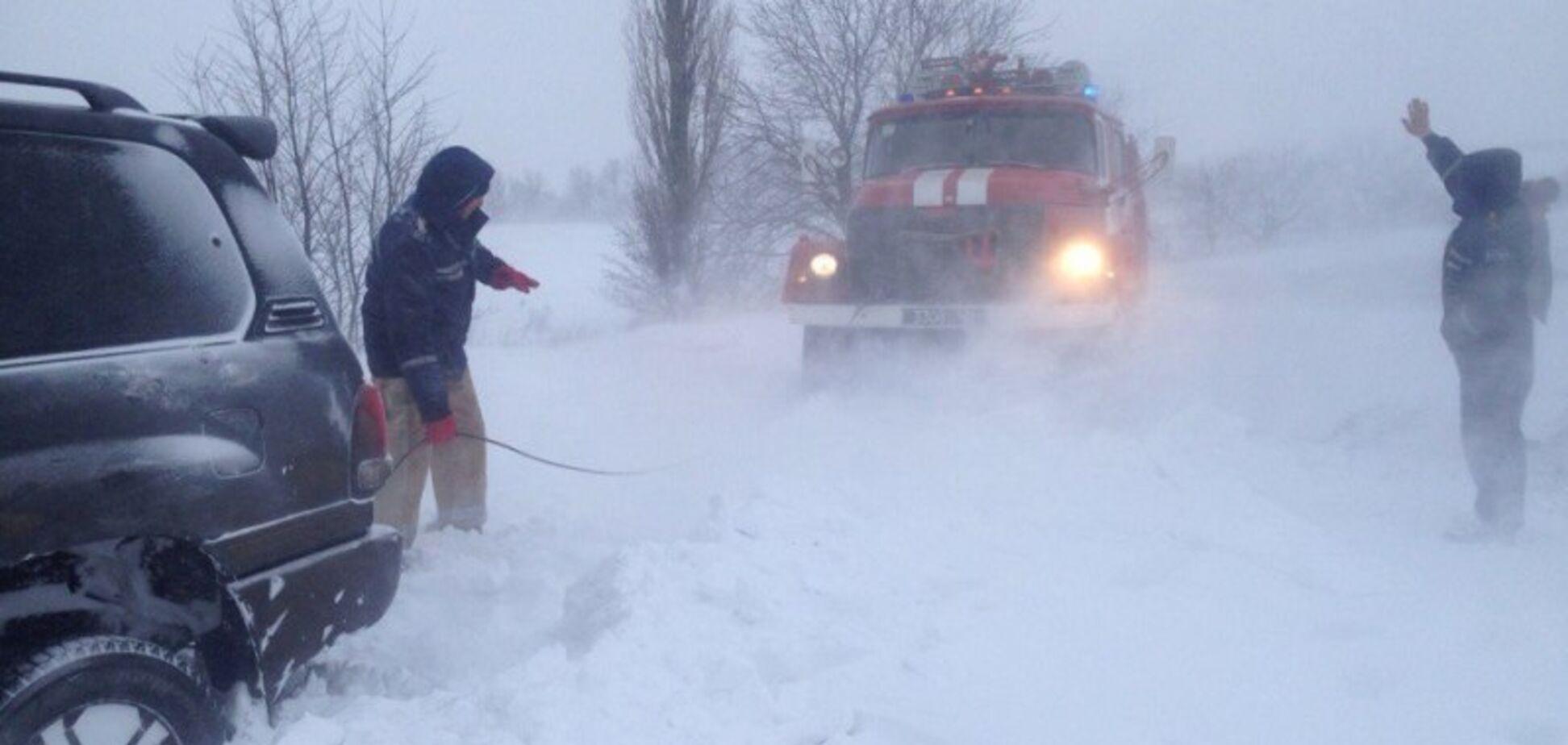 Снежная метель на трассах Украины: в полиции дали советы водителям