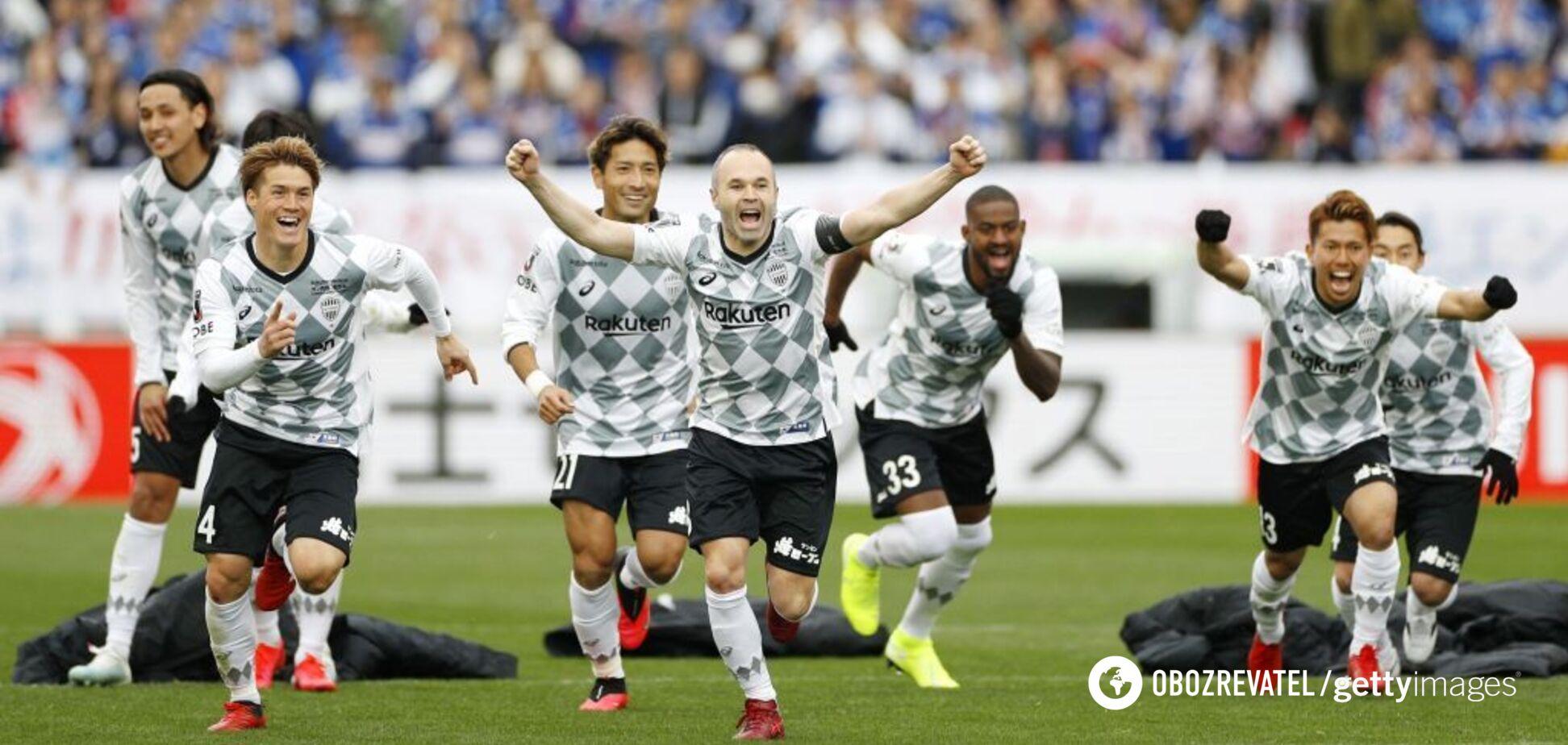 Игроки 'Виссел Кобе' празднуют победу в Суперкубке Японии