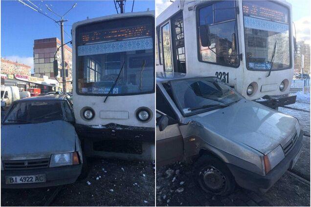 Трамвай протаранил ВАЗ