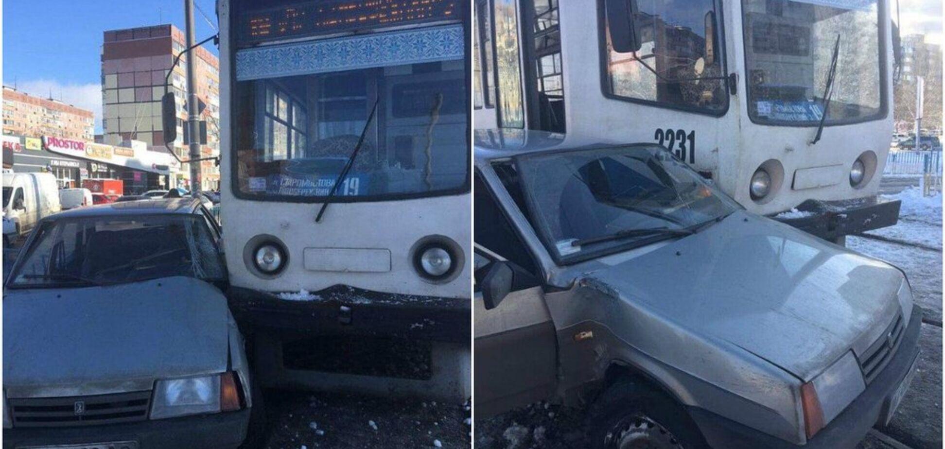 Протащил несколько метров: в Днепре трамвай протаранил автомобиль ВАЗ. Фото