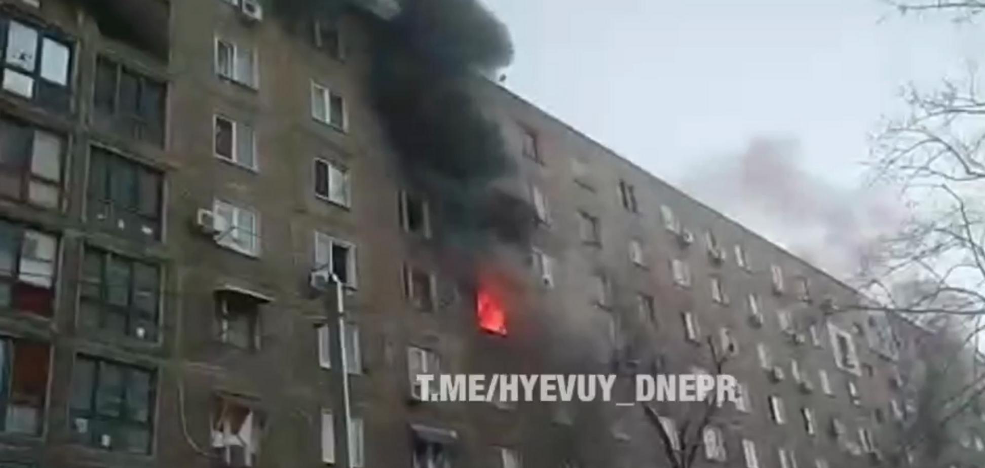 Горит весь этаж! В Днепре загорелась многоэтажка. Видео