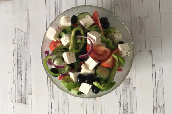Салат грецький з бринзою.