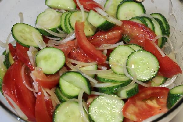 Салат із огірків і помідорів на зиму
