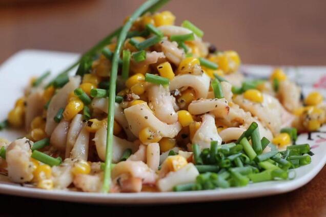 Салат з кальмарами та кукурудзою