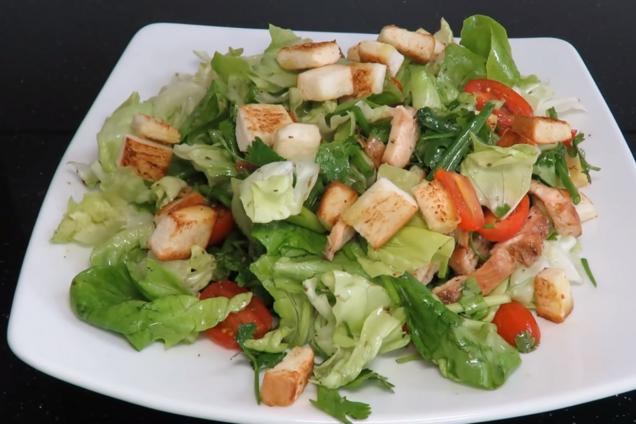 Салат із куркою та сухариками