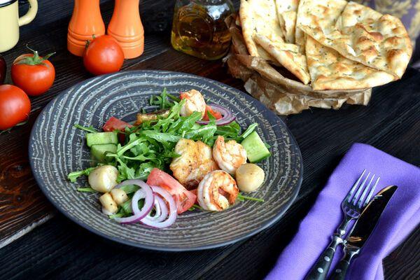 Теплий салат із морепродуктами