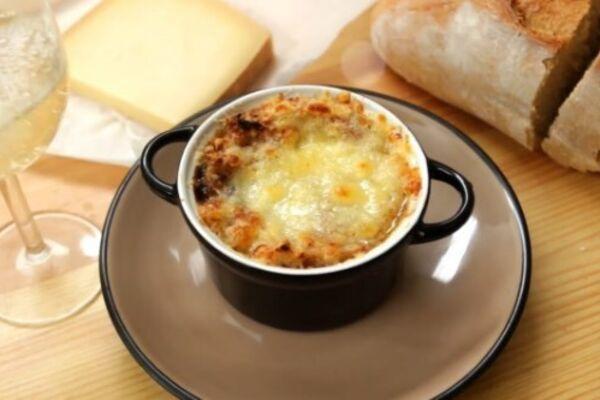 Луковый суп с вином и мукой