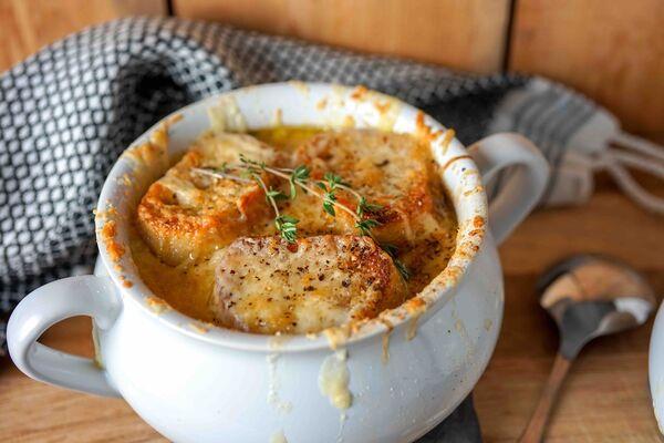 Цибулевий суп із часником і білим вином
