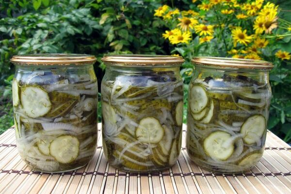 Салат із огірків з цибулею та оцтом