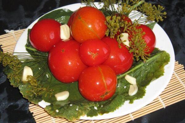Квашеные помидоры с листьями малины