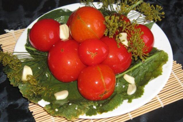 Квашені помідори з листям малини