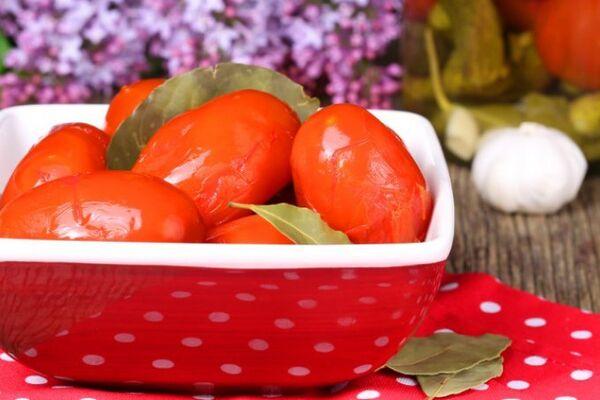 Квашеные помидоры с листьями ореха