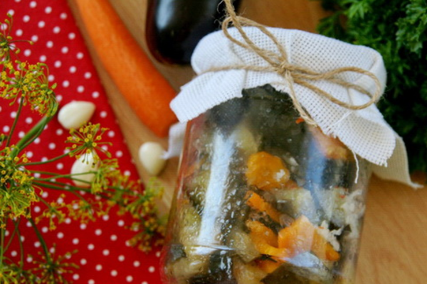 Мариновані баклажани з морквою і оцтом