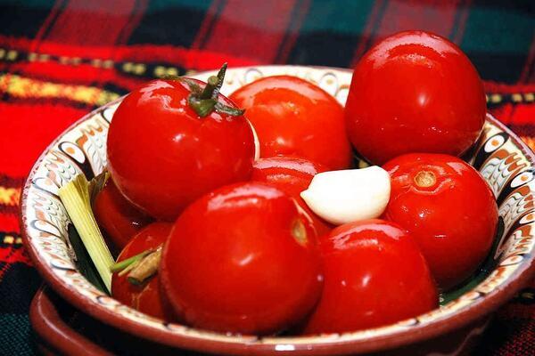 Квашеные помидоры с листьями кукурузы