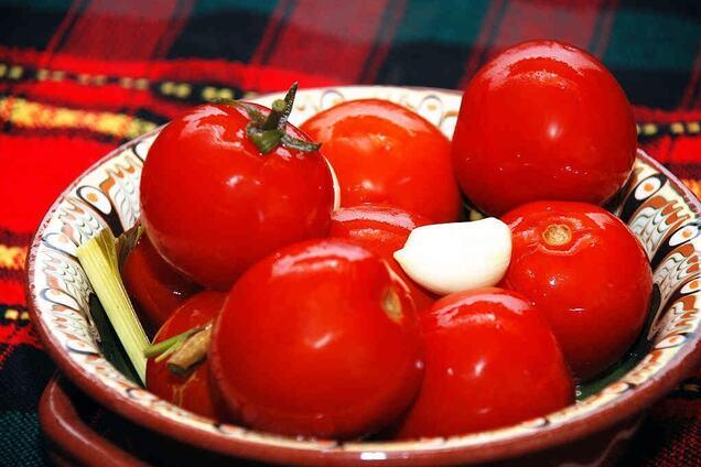 Квашені помідори з листям кукурудзи