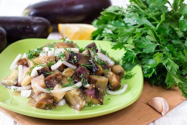 Мариновані баклажани із цибулею та оцтом