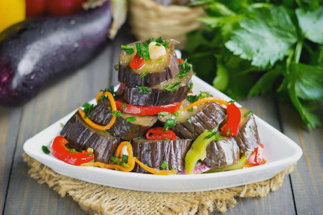 Маринованные баклажаны с овощами и кориандром