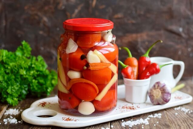 Мариновані помідори із цибулею і перцем