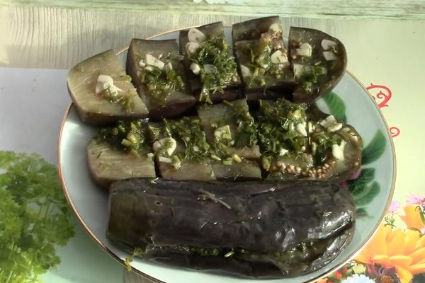 Маринованные баклажаны с зеленью и уксусом